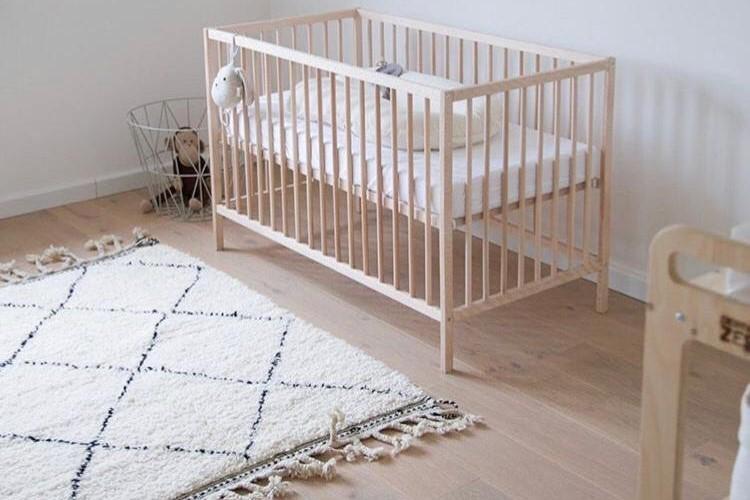 minimalistische-kinderkamer-met-beni-ouarain-tapijt-1
