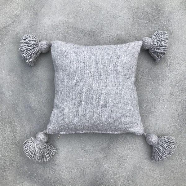 pom-pom-kussen-vierkant-grijs
