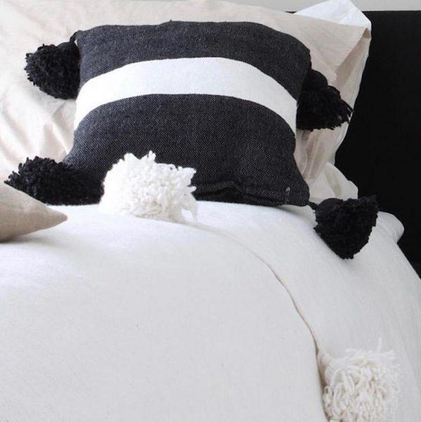 pom-pom-kussen-vierkant-zwart-wit